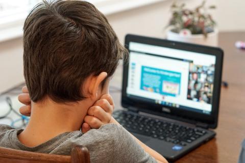 Niño estudiando con un portátil