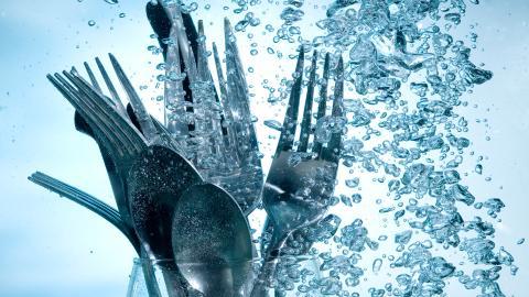 Vajillas limpias y desinfectadas