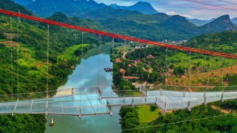 Puente de cristal sobre el río Lianjiang