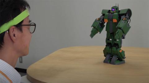 Controlar con la mente un Gundam de juguete