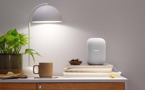 Google Nest Audio encima de un mueble