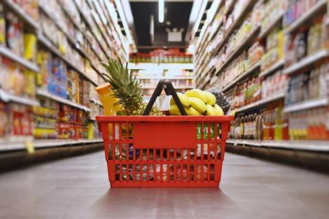 Cesta de la compra en el supermercado