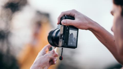 Hombre sujetando una cámara réflex