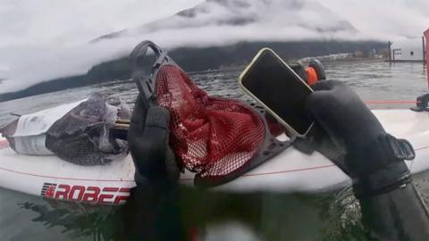 iPhone 11 sumergido en el agua