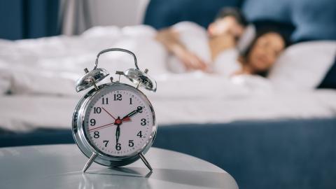 Personas durmiendo en una cama