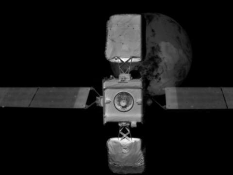 Robot acopla a satélite