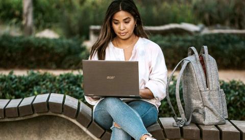 Mujer en un parque con un portátil ultrabook
