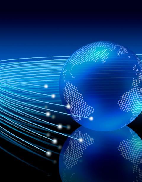 Cables de fibra óptica alrededor de la Tierra