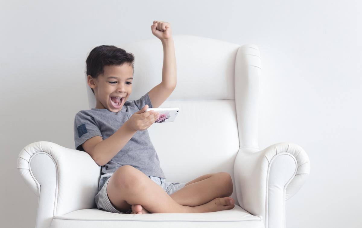 ¿Pasa tu hijo cinco horas al día pegado al móvil? Uno de cada diez niños españoles sí lo hace