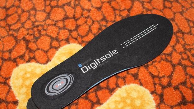 GlaGla DigitSole en CES 2015. Son unas plantillas para tus zapatos que, además de medir distancia recorida y número de pasos, calienta los pies si tienes frío / Vía CNET.com
