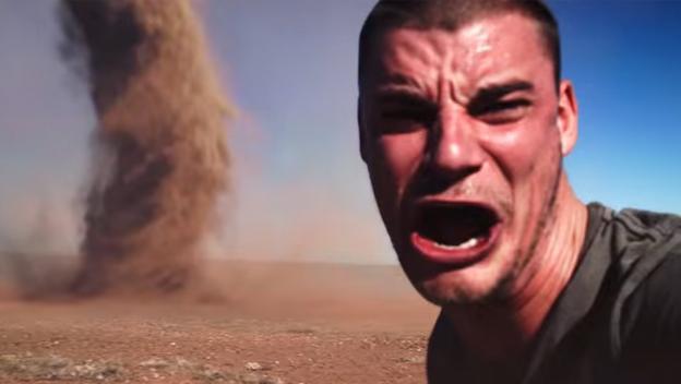 Selfie peligroso de un hombre posando delante de un tornado.