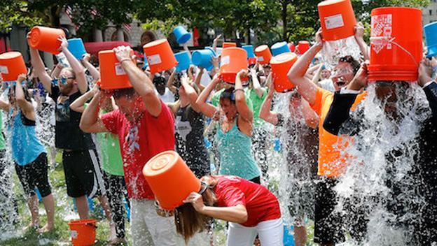 Ice Bucket Challenge es el fenómeno viral popularizado en 2014 a través de Instagram, Twitter y Facebook. Trata de aunarse en la lucha contra el ELA