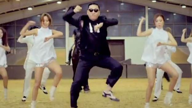 Gangnam Style es una canción cantada por un surcoreano llamado PSY y que fue lanzada en 2012. Al poco tiempo de ser presentada el mundo entero se apuntó a bailarla. Y es que el curioso baile de esta canción, que simulaba montar a caballo, fue copiado por todo el mundo. Tanto es así que hasta personajes importantes como presidentes de Estado se lanzaron a bailar el Gangnam Style. Los vídeos de la gente en sus perfiles de Facebook bailando esta canción corrieron como la pólvora.
