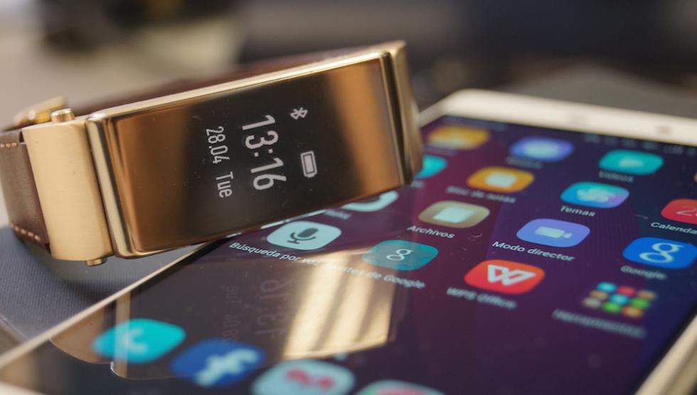 Foto del Huawei P8 y TalkBand B2.