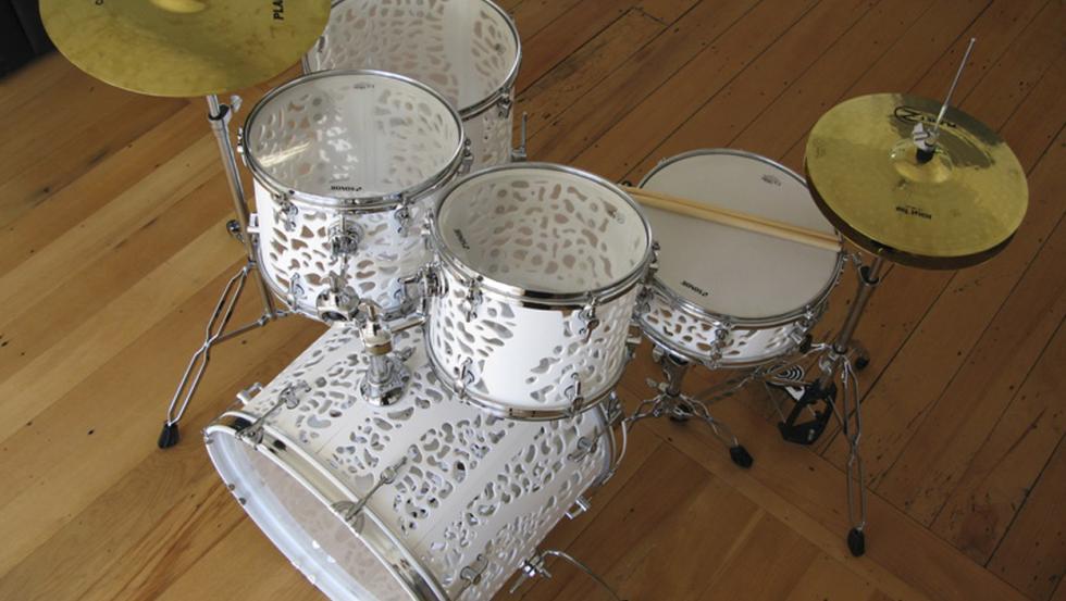 Un artista imprime instrumentos musicales utilizando impresoras 3D.