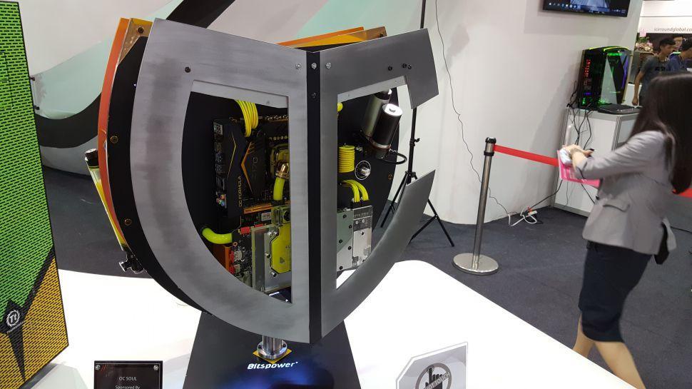 Case mod con un diseño similar a un escudo
