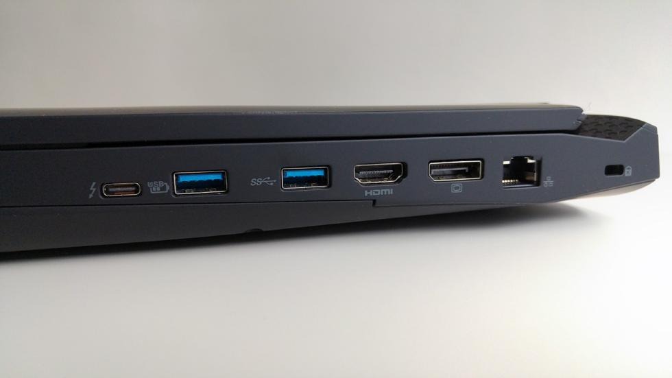 Acer Predator 15, puertos del lateral derecho