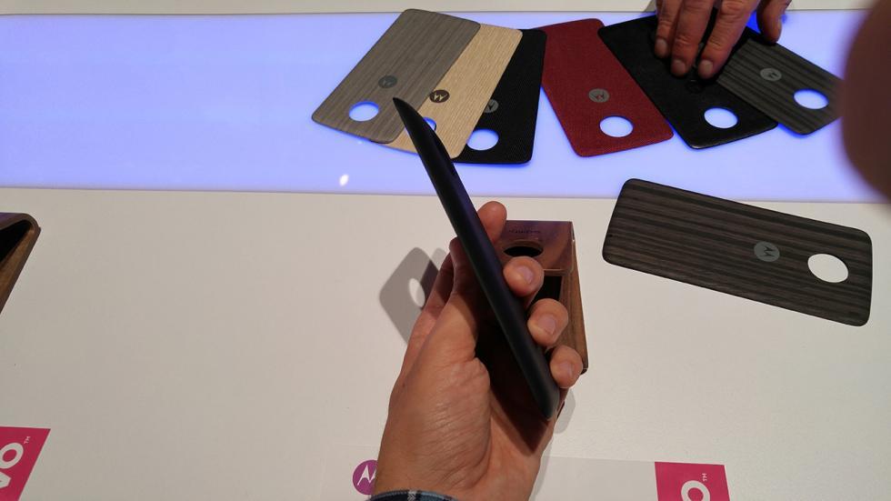 Imagen del Moto Z play con el moto mod power bank