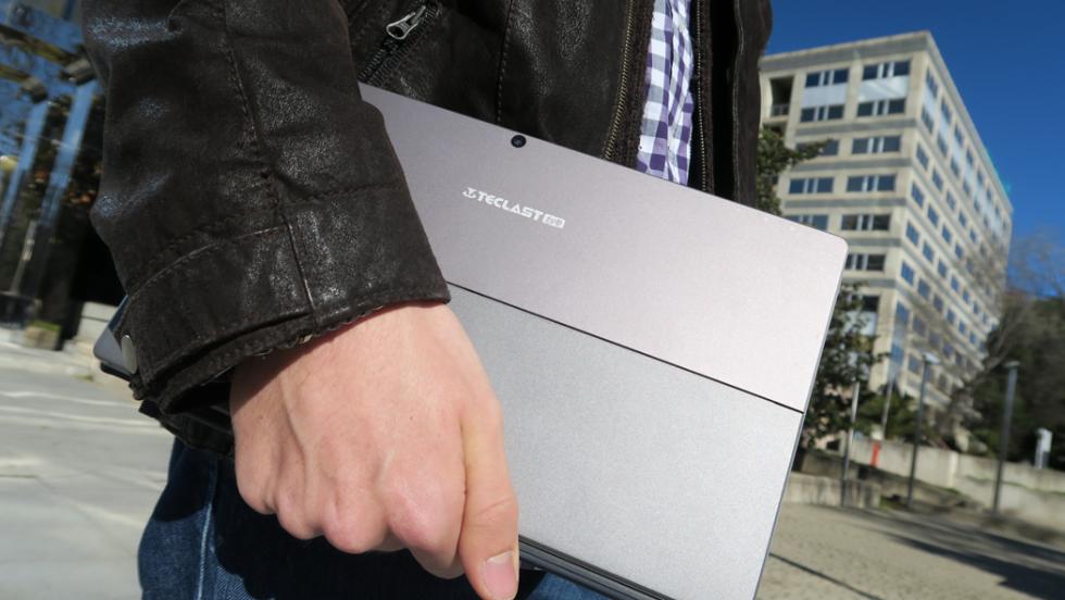 La Tbook 16 en la mano