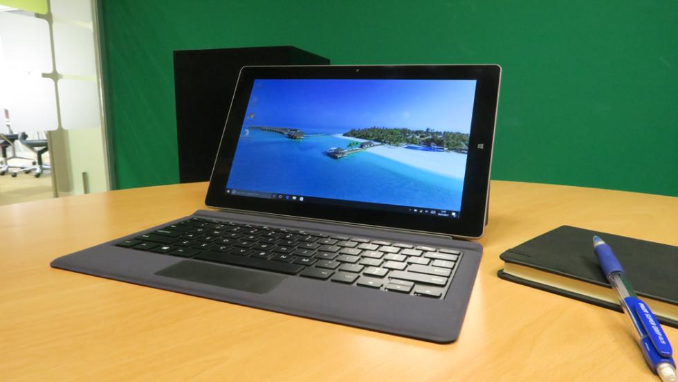 La Tbook 16 en la posición de ordenador portátil, con el soporte extendido