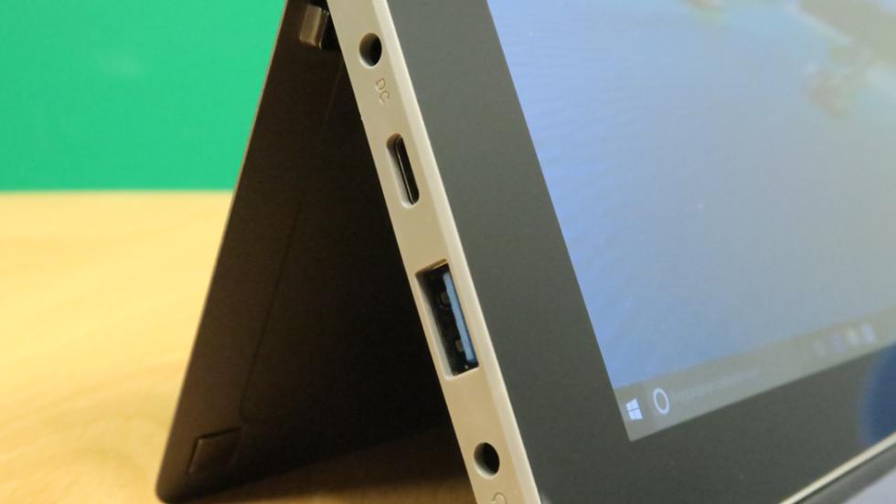Detalle de los puertos que tiene la tablet en el lateral izquierdo