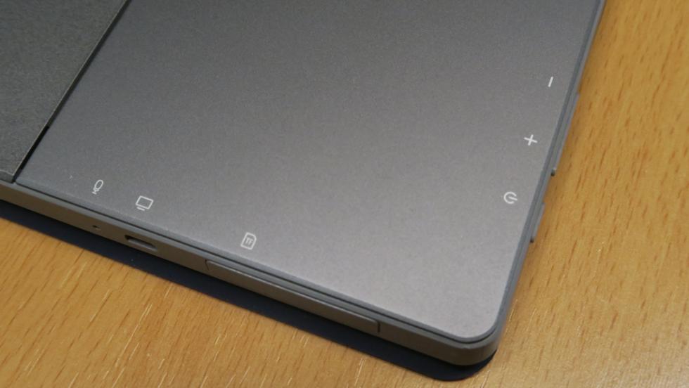 La parte trasera de la tablet es de metal