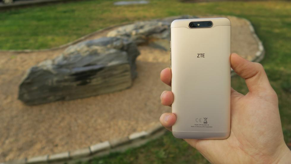 Pese a que este móvil de ZTE es de 5,2 pulgadas, cabe sin problemas en una sola mano
