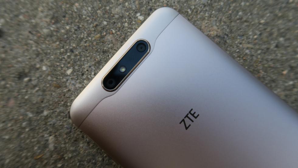 En función de cómo se mire, el ZTE Blade V8 puede parecer gris o dorado, pero os confirmamos que nuestra unidad era de color Champán Dorado