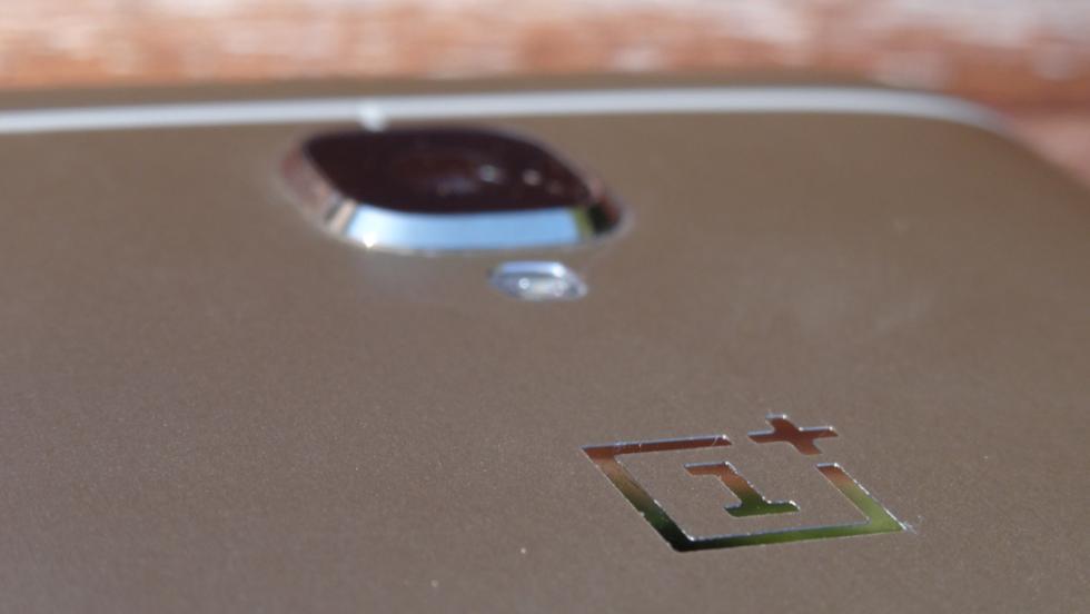 El logotipo de OnePlus está impreso encima de la carcasa