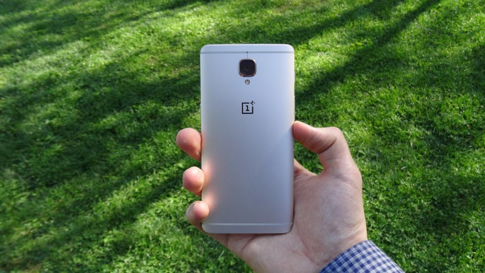 Y así queda, visto desde atrás, el OnePlus 3T en la mano