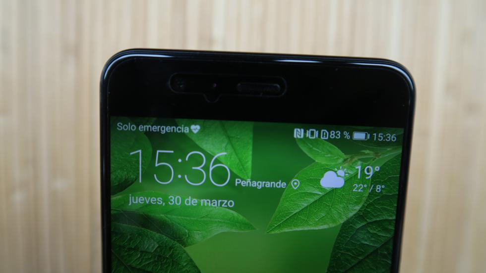 En plena moda de los móviles sin bordes, el P10 Plus tiene una franja que empieza a parecer bastante grande en la parte superior