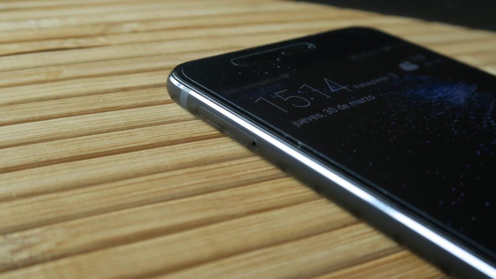 En el lateral izquierdo tenemos la bandeja Dual-SIM