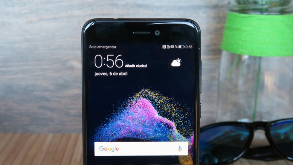 Aunque no se ve hasta que no se enciende, encima de la pantalla (a la derecha) hay un LED de notificaciones
