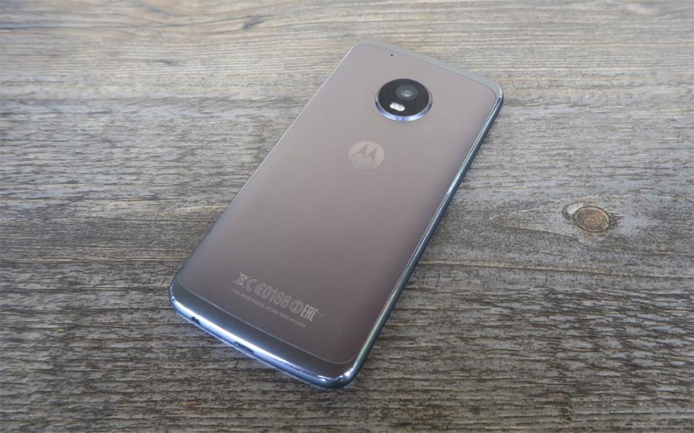 El metal ha llegado a los Moto G de Motorola, y toda la parte trasera de este teléfono es metálica (aunque la carcasa no es extraíble, mientras que en el Moto G5 sí lo es)