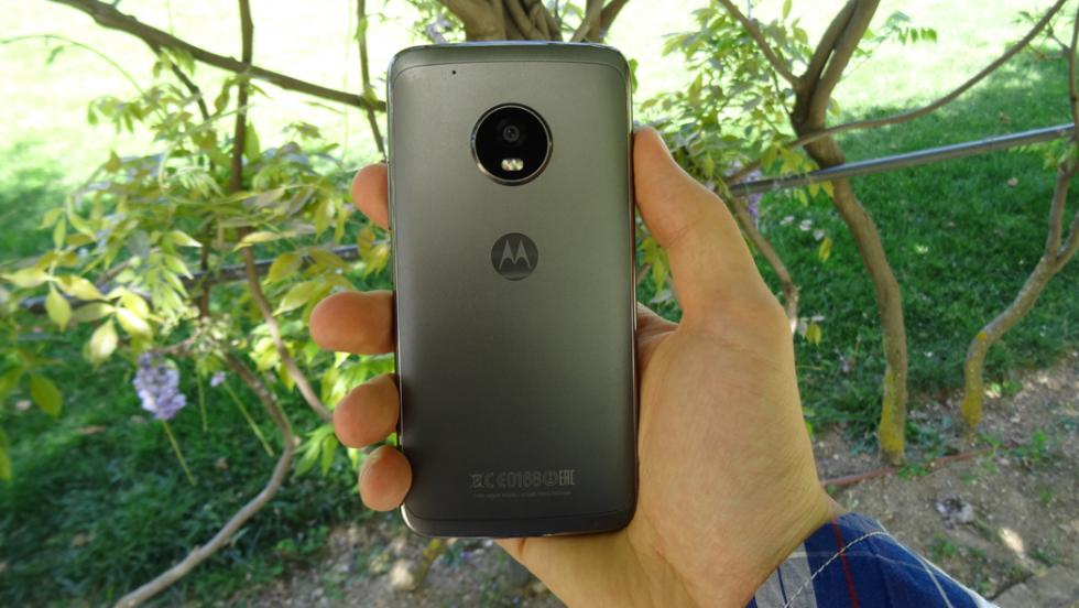 En la mano, y en nuestra opinión, el Moto G5 Plus es un móvil que se maneja cómodamente