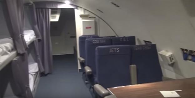Así es por dentro el avión que siempre va detrás del Air Force One de Donald Trump