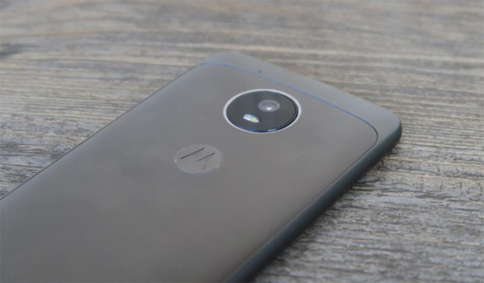 La cámara principal no sobresale en este Moto G5, aunque eso es debido a que el móvil tiene un grosor superior a los nueve milímetros