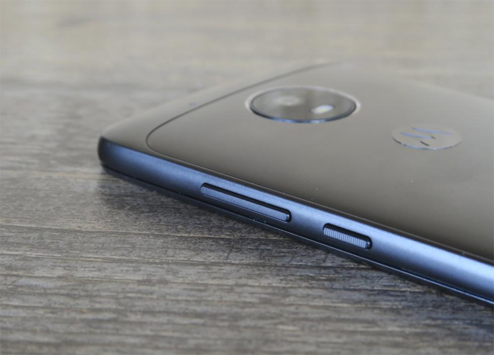 En el lado derecho están los dos botones físicos del Moto G5: el de volumen y el de encendido