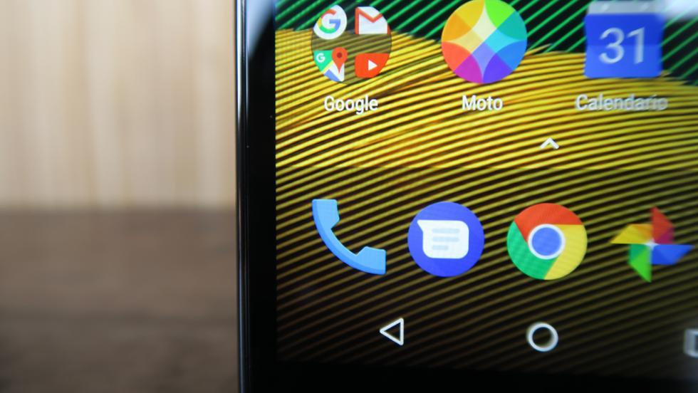Desde luego, el Moto G5 no puede presumir de tener unos bordes laterales contenidos