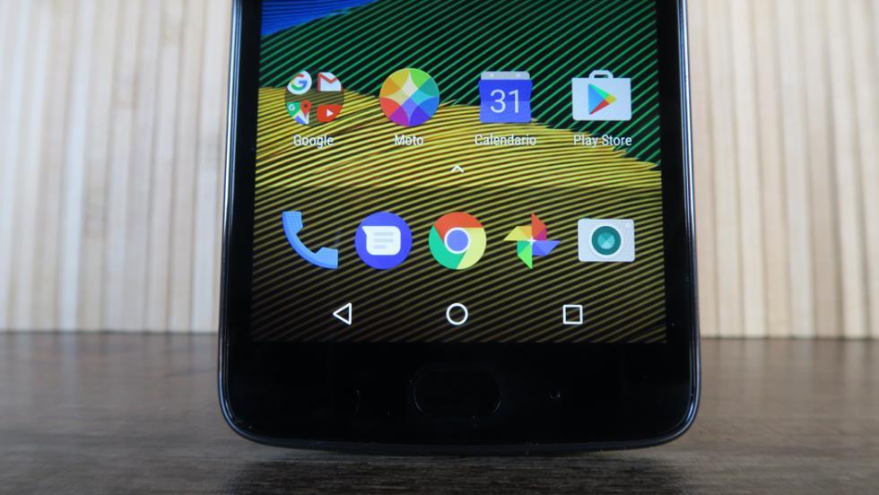 En cualquier caso, estamos hablando de un móvil compacto que cabe a la perfección en la mano, y eso es lo importante en este tipo de teléfonos baratos
