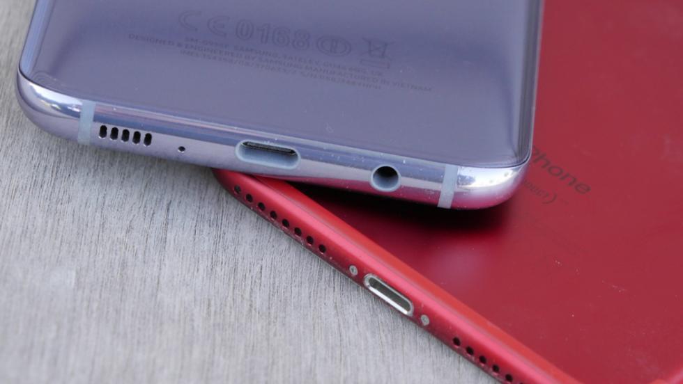 El Samsung Galaxy S8+ es el único de los dos terminales que tiene salida de auriculares