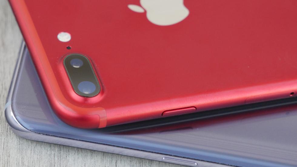 La cámara del iPhone sobresale un poco por encima de la carcasa, mientras que la del Samsung queda a la altura de la parte trasera