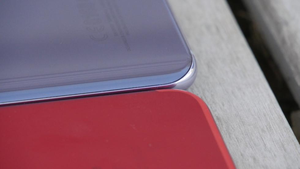 Detalle de la parte trasera de ambos móviles, con el S8+ con ligera curvatura a los lados de la carcasa
