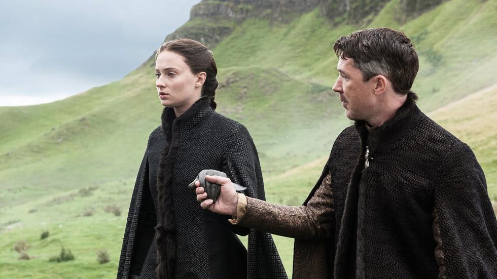En lugar de con Ramsay Bolton, en los libros Sansa está a punto de casarse con el primer heredero de la Casa Arryn. Bueno, el primero que no es el príncipe heredero, que previsiblemente morirá en circunstancias sospechosas. Meñique la presenta como su hija bastarta.