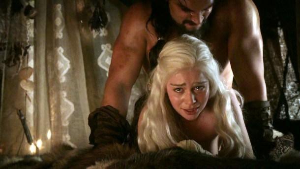 En los libros, Daenerys no quiere casarse con Khal Drogo pero termina teniendo sexo con él voluntariamente. No es violada como en la seire.