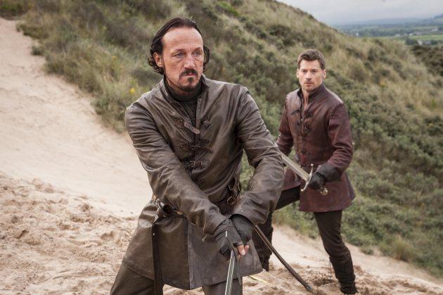 No es Bronn quien entrena a Jamie Lannister, sino Ilyn Payne. Jamie le elige porque, al no tener lengua, no puede contarle a nadie lo mal espadachín que es con la mano izquierda.