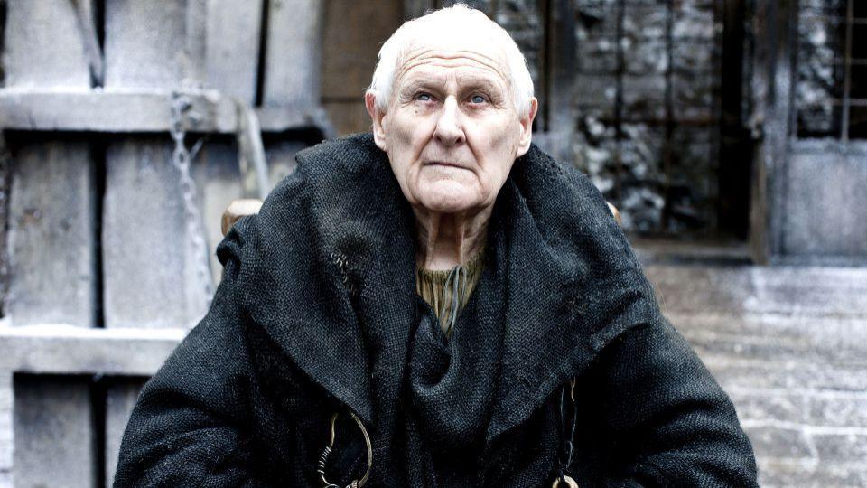 El Maestre Aemon muere de camino a la Ciudadela con Sam.
