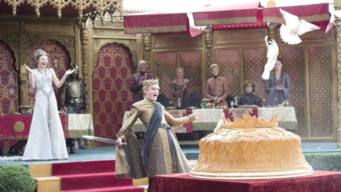 La Boda Púrpura entre Joffrey y Margaery es amenizada por dos enanos que combaten. Uno interpreta a Robb Stark y otro a Stannis. La idea es sugerida por Meñique.