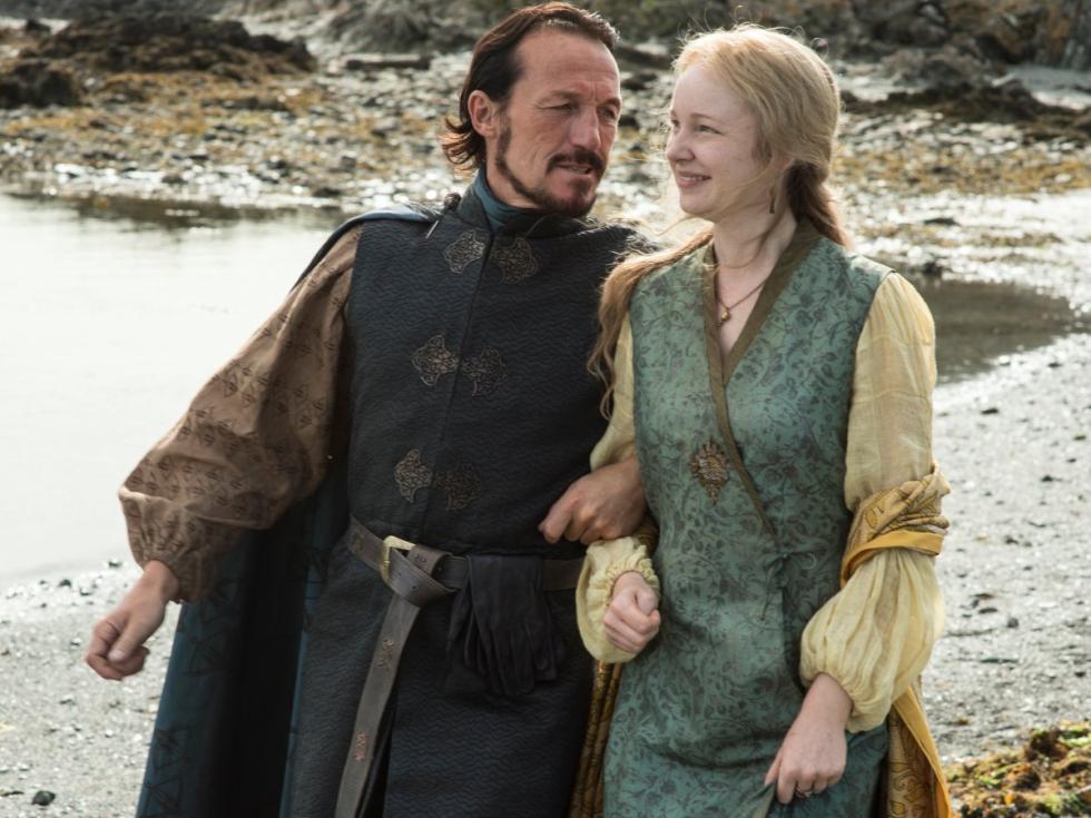 En los libros Bronn se casa con Lollys Stokeworth. Es una de las damas de la corte de Cersei y fue violada en la tercera temporada. Al hijo bastardo lo llaman Tyrion.