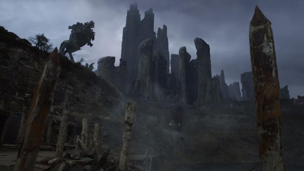Arya y Jaqqen son capaces de tomar Harrenhal a los Lannister. Ambos son prisioneros pero se las apañan para matar a la guarnición y escapar.